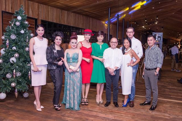 Có mặt trong bữa tiệc còn có rất nhiều nghệ sĩ khác như Mai Thu Huyền, Đoan Trang....