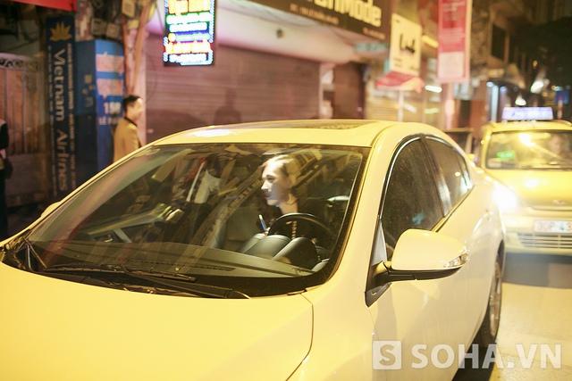 Hết ca, Tít một mình lái xe ra trở về nhà vào lúc trời rất khuya.