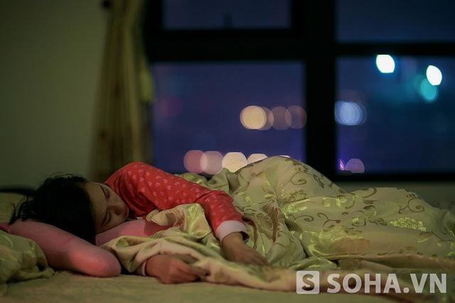 Kết thúc một ngày thấm mệt, Tít vội vàng tẩy trang và nhanh chóng chìm vào giấc ngủ.