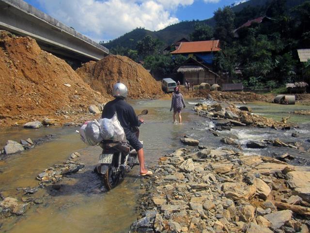 Hàng nghìn người dân hàng ngày vẫn phải lưu thông bằng những con đường...đầy đá và nước.