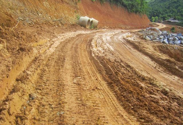 Nhiều đoạn đường lầy lội...