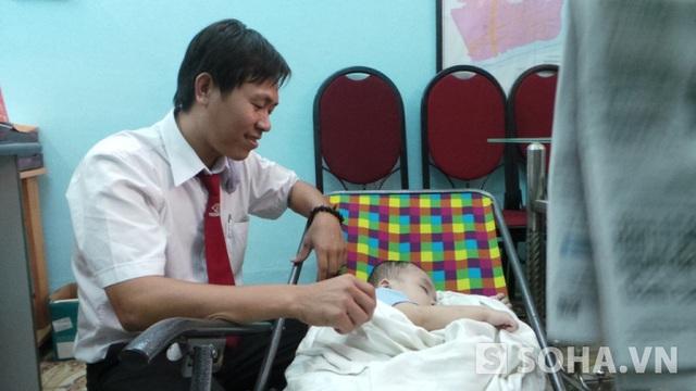 Sau khi hoàn thành các thủ tục với cơ quan chức năng anh Thuận vẫn ở lại chăm sóc cháu bé