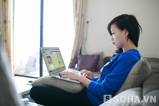 Tít cũng tranh thủ một khoảng thời gian ngắn để lướt Facebook trò chuyện cùng bạn bè. Facebook Thủy Tiên Trần Thị (DJ Tít) của Tít hiện nay sở hữu một lượng người theo dõi khá lớn.