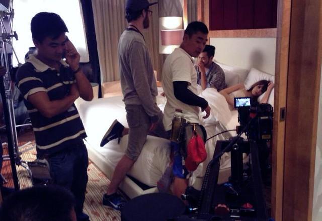 Các nhân viên hậu đài đang chỉnh sửa bối cảnh và điều chỉnh diễn xuất. Trong cảnh quay này, Andrea sẽ phải thể hiện những màn tình cảm với 1 diễn viên nam.