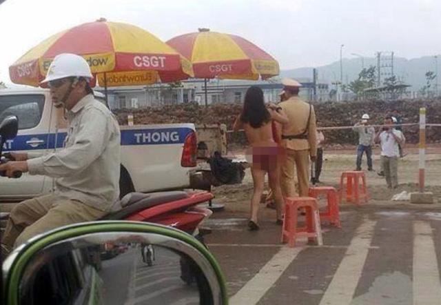 Cô gái cởi đồ trước mặt CSGT tỉnh Bắc Giang sáng 28/11. Ảnh: Vũ Tiến Hưng/otofun.