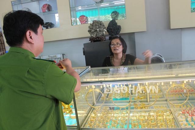 Theo trình báo với công an, gia đình chủ tiệm vàng cho biết, bọn cướp lấy đi hơn 20 cây vàng, chủ yếu là nhẫn nam
