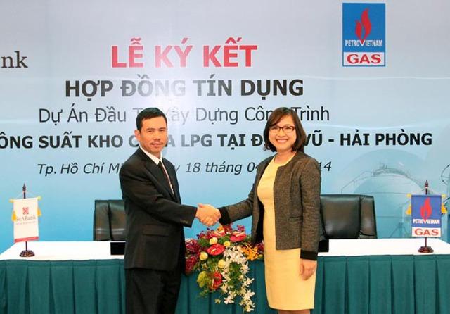 Bà Lê Thu Thủy (phải) trong một buổi lễ ký kết.