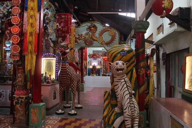 Các con linh vật trong chùa đều được nghệ nhân Tòng đắp bằng đất sét.