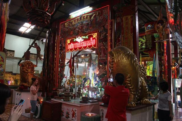 Gian thờ mẫu chính của chùa với toàn bộ tượng, phù điêu được làm bằng đất sét.