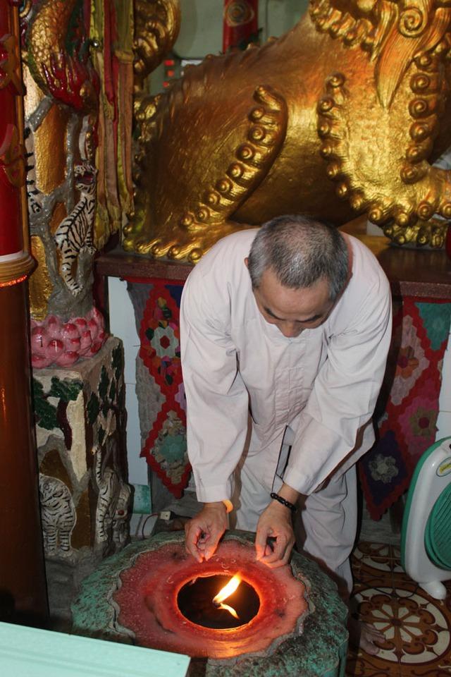 Hai cây đèn cầy nhỏ mỗi cây nặng 100 kg cặp đèn cầy được thắp sáng vào ngày rằm tháng Bảy năm 1970 kể từ ngày ông Ngô Kim Tòng viên tịch cháy liên tục gần 44 năm nay còn gần 1/3.