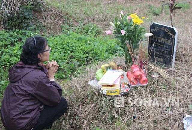 Mẹ đẻ chị Huyền bên mộ con gái.