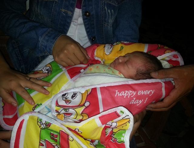 Sau 1 ngày được chăm sóc, cháu bé đã khỏe hơn và ngủ ngoan, không quấy khóc như ngày đầu bị bỏ rơi.