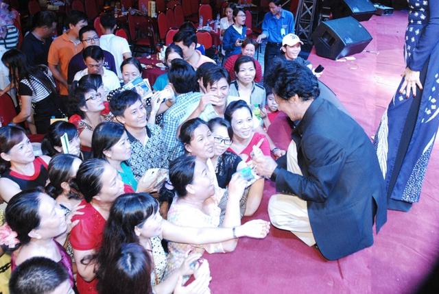 Trước tình cảm đó, Chế Linh không ngần ngại quỳ trên sân khấu, ký tặng khán giả vây lấy ông ở bên dưới.