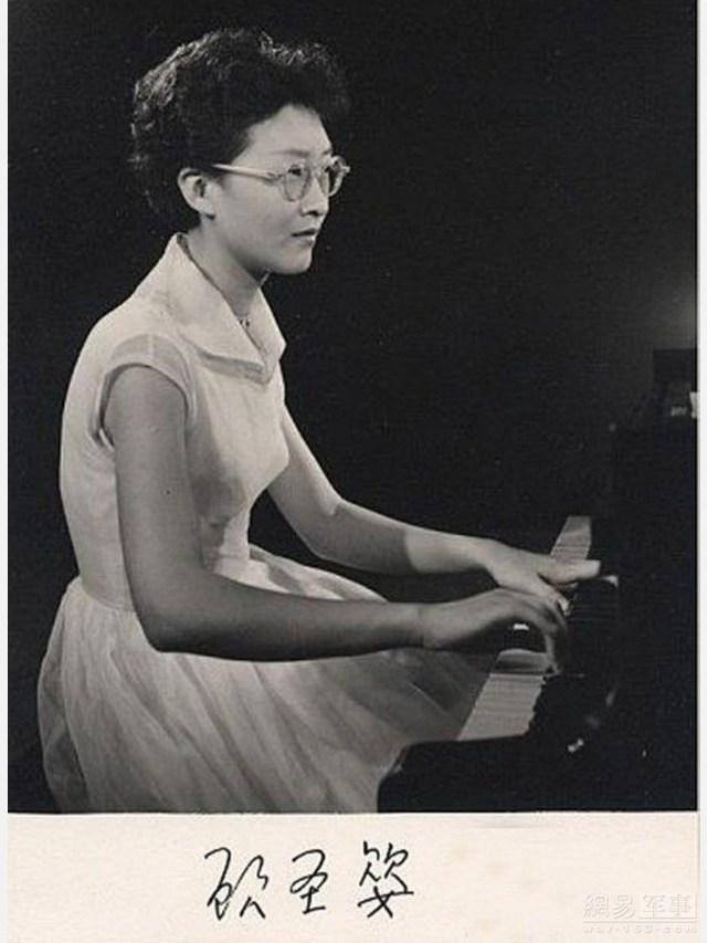 Bà Cố Thánh Anh, sinh năm 1919, người Bắc Kinh, dân tộc Mông Cổ.