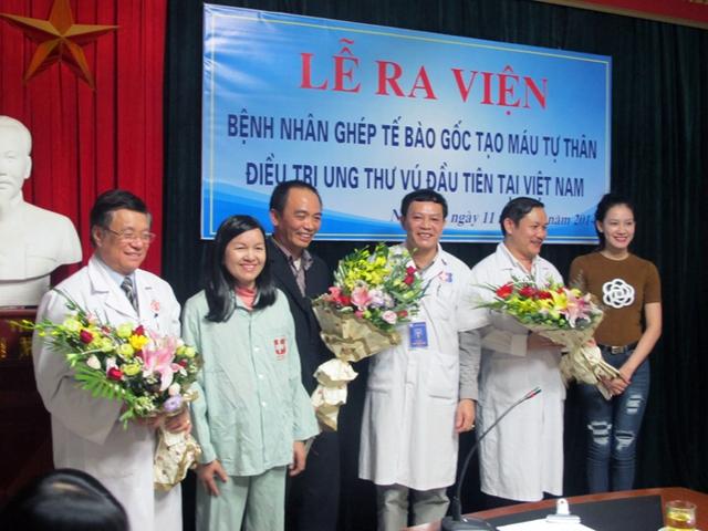 Cả gia đình chị Liễu sung sướng tặng hoa và gửi lời cảm ơn tri ân tới các bác sĩ bệnh viện Ung Bướu đã giú chị sống lại lần thứ 2.