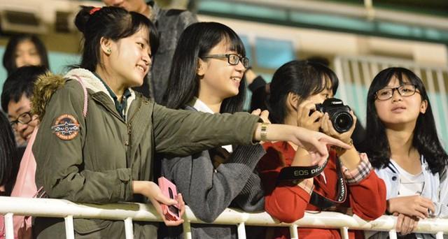 Một nhóm CĐV nữ ở trên khán đài