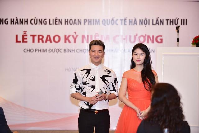 Niềm hạnh phúc được nhân đôi khi cả hai biết chuyện Hiệp sĩ mù sẽ tham gia Tuần lễ phim Việt Nam tại Italia từ 10-22.1.2015, trước khi đến Thái Lan tham dự Liên hoan phim châu Á - Thái Bình Dương vào tháng 2.2015.