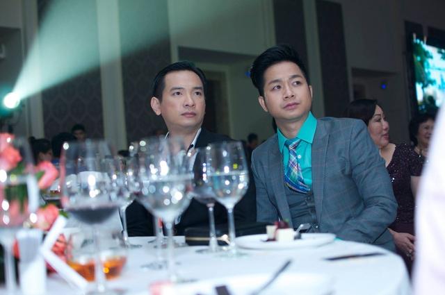 Bỗng nhiên bị trơ trọi, Quách Tuấn Du đành qua bàn bên cạnh ngồi cùng nam ca sĩ Việt Quang.