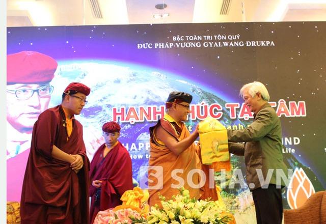 Đức Pháp vương Gyalwang Drukpa trao tặng khăn cho nhà sử học Dương Trung Quốc.