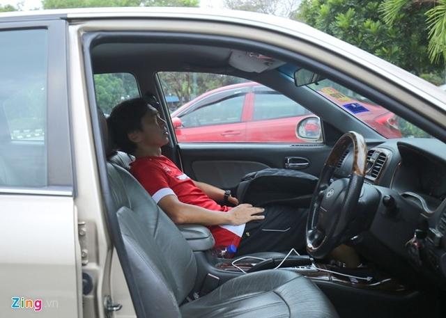 HLV Miura nghỉ ngơi trên xe, không trả lời phỏng vấn