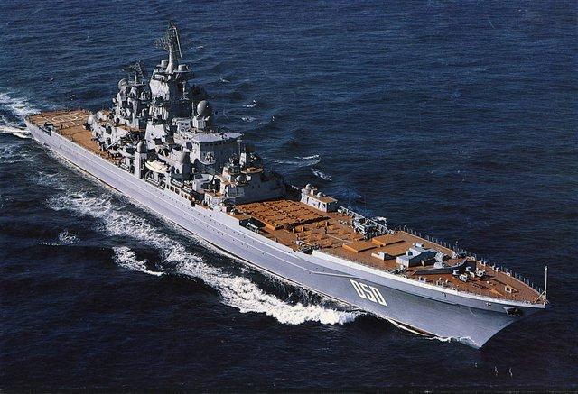"""Được gọi là """"Sát thủ tàu sân bay"""" Kirov mang theo một kho vũ khí khủng khiếp với 1 pháo hạm AK-130 2 nòng cỡ 130mm (tàu Nguyên soái Ushakov trang bị 2 pháo AK-100 thay cho AK-130), 20 tên lửa chống hạm P-700 Granit, 96 tên lửa phòng không tầm xa của hệ thống S-300F, 40 tên lửa phòng không tầm ngắn OSA-MA. Ngoài ra, tuần dương hạm lớp Kirov còn được trang bị 6 hệ thống CIWS Kashtan (trên 2 tàu Pyotr Velikiy và Đô đốc Nakhimov) hoặc 8 hệ thống CIWS AK-630 (trên 2 tàu Nguyên soái Ushakov và Đô đốc Lazarev), 10 ống phóng ngư lôi cỡ 533mm cùng 2 bệ rocket chống ngầm RBU-6000, tàu có sàn đáp và hầm chứa trực thăng săn ngầm Ka-27 ở đuôi (nhà chứa trực thăng ở bên dưới sàn đáp trực thăng)."""