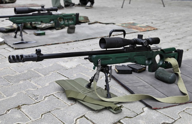 Điểm nổi bật của SV-98 so với các khẩu súng bắn tỉa khác chính là có nòng nặng, dài, gắn tự do không tiếp xúc với bộ phận nào khác ngoài buồng đạn. Nòng súng dài 320 mmđược mạ crom, có 4 rãnh xoắn về phía tay phải giúp ổn định và tăng độ chính xác của đường đạn. Mặc định đầu nòng có gắn ống giảm giật và che lửa hình lồng chim, nhưng cũng có thể gắn thêm ống giảm thanh trong một số trường hợp.