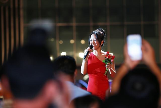 Nữ ca sĩ Hồng Nhung đã chọn ca khúc Lắng nghe mùa xuân về để góp vui cùng chương trình.