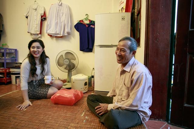 Bảo Trâm diện trang phục đơn giản, để mặt mộc khi tới thăm gia đình ông Định.