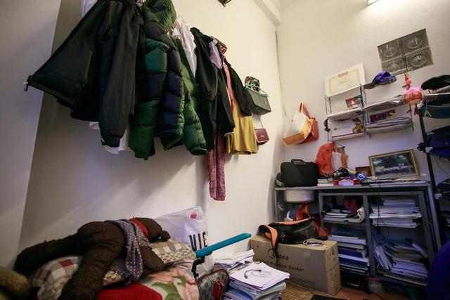 Do phòng khá chật nên không có chỗ để tủ quần áo,quần áo của mọi người trong gia đình được treo quanh nhà.