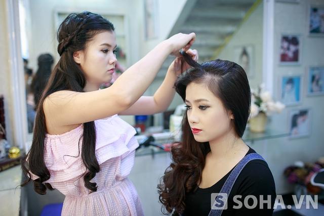 10 giờ sáng, Dương Hoàng Yến tới một cửa hiệu quen để make up, chuẩn bị cho lễ ra mắt album mới. Từng được coi là Hoa khôi của The Voice, nữ ca sĩ không gặp nhiều khó khăn trong việc trang điểm.
