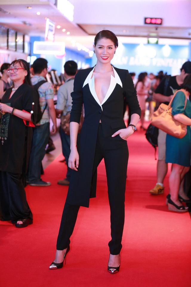 Xuất hiện với vai trò diễn viên trong buổi công chiếu bộ phim Hương Ga tại Hà Nội, Trang Trần diện vest khoét sâu, khoe vẻ đẹp mạnh mẽ nhưng vẫn nữ tính.