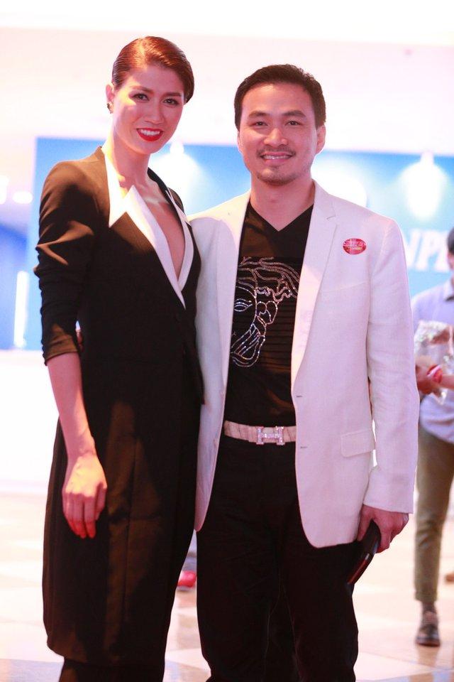 Nam diễn viên Chi Bảo cũng bay từ Sài Gòn ra Hà Nội để cảm nhận tình cảm của những người hâm mộ dành cho bộ phim anh tham gia.