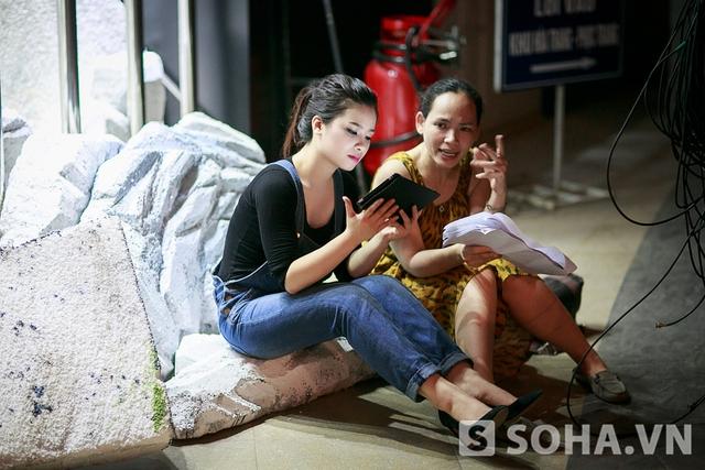 19h, khi chương trình sắp diễn ra, Hoàng Yến tranh thủ ngồi đọc lại kịch bản trước khi lên sân khấu. Không chỉ hát, Hoàng Yến còn diễn một đoạn kịch ngắn cho thiếu nhi.