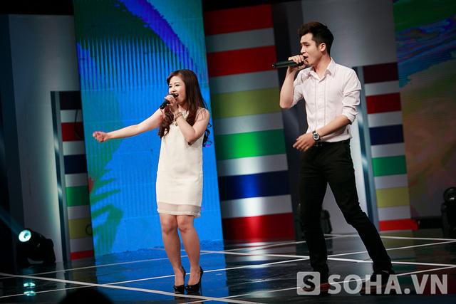 20h30, Hoàng Yến và Vũ Hà Anh thay trang phục trắng tone sur tone để lên sân khấu biểu diễn.