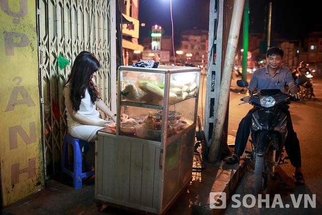 Về nhà lúc 21h30, Hoàng Yến không thay trang phục ngay mà phụ mẹ bán hàng. Gia đình cô có một hàng xôi và bánh mỳ nằm trên phố Khâm Thiên. Cửa hàng nhỏ này được mở từ năm 2008.
