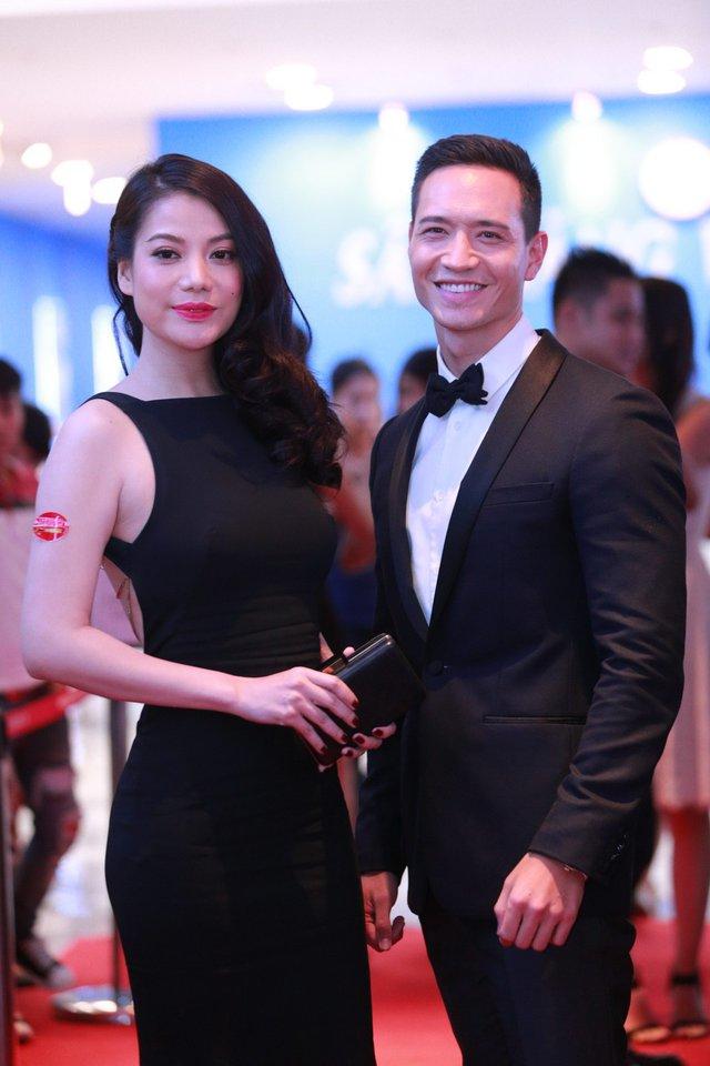 Kim Lý sánh bước cùng Trương Ngọc Ánh. Trong phim, họ là một đôi vợ chồng hạnh phúc cho đến khi tai họa ập tới.