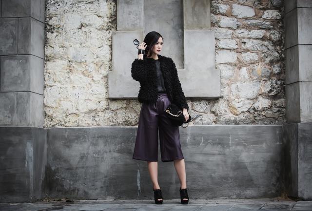 Trong bộ ảnh mới, Hoa hậu Việt Nam 2008 chứng tỏ sự sành điệu bằng cách diện cả cây da cá tính: áo da, quần ống rộng.