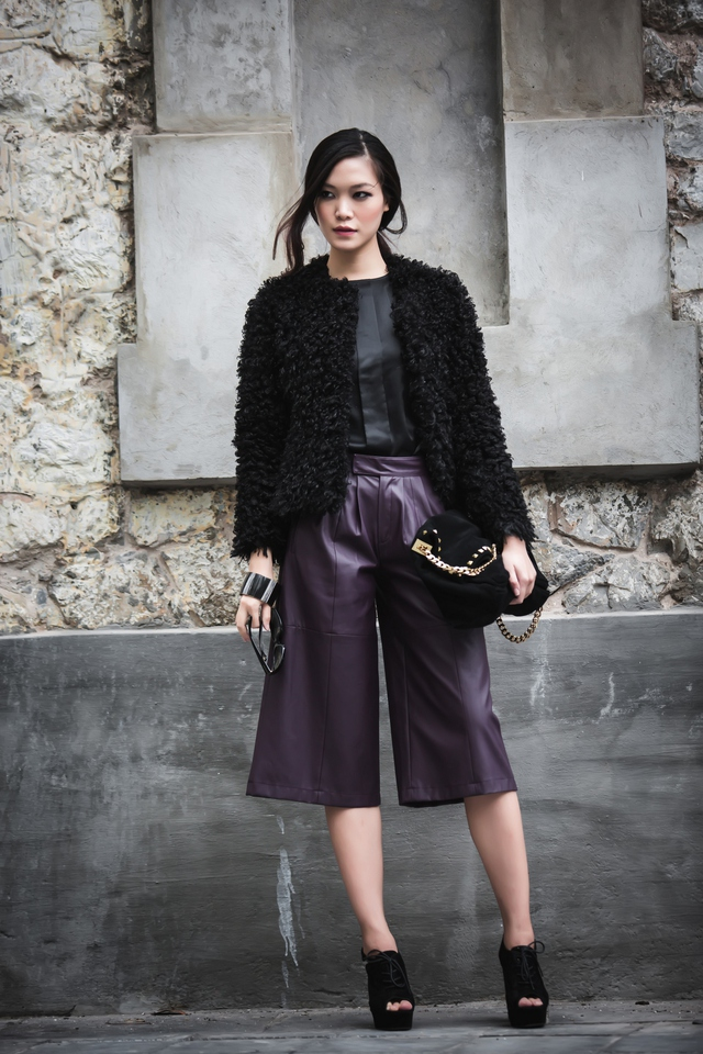 Các phụ kiện Thùy Dung sử dụng gồm giày đế thô, túi xách da lộn, kính mắt hàng hiệu đã bổ sung hoàn thiện cho set đồ của người đẹp.