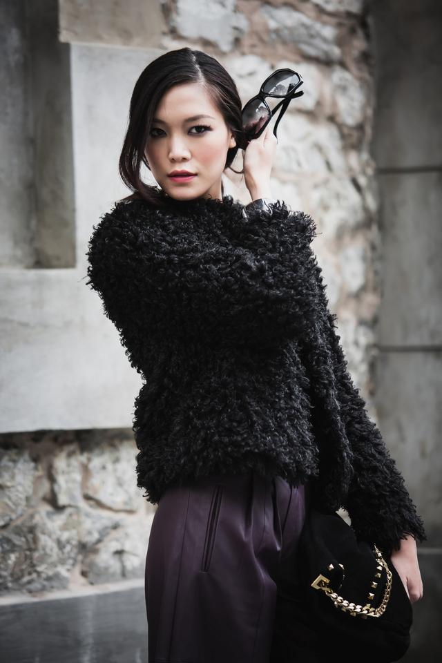 Thần thái tự tin và biểu cảm lạnh lùng như 1 người mẫu chuyên nghiệp của Thùy Dung khiến bộ ảnh trở nên ấn tượng hơn rất nhiều.
