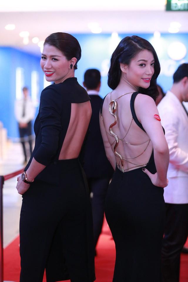 Trang Trần và Trương Ngọc Ánh đọ lưng trần.