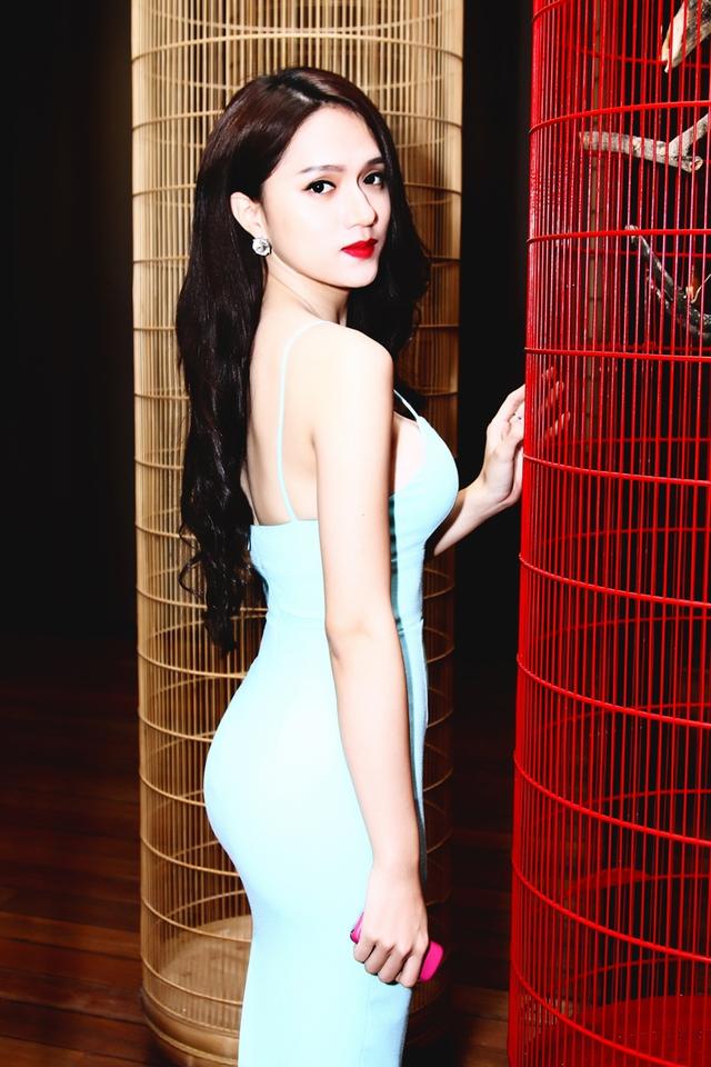 Xuất hiện tại bữa tiệc nữ ca sỹ chọn cho mình chiếc váy hai dây bó sát khoe đường cong đẹp không tì vết.