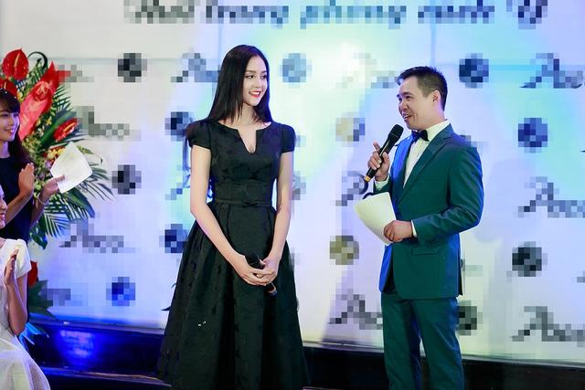 Người đẹp thu hút sự chú ý của đông đảo khách mời tới tham dự sự kiện.