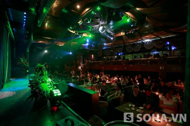 20h50 toàn bộ khán phòng chật kín khán giả đến xem liveshow của cô.