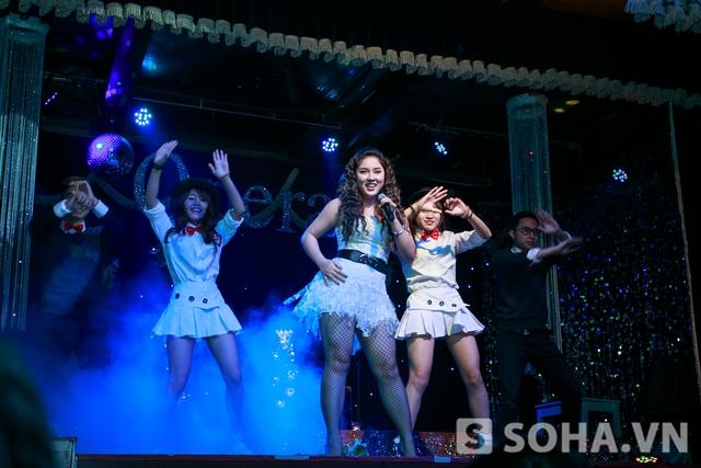 Sau đó cô thể hiện phiên bản dance của ca khúc mới có tên  Nơi ngọn gió dừng chân  cũng là tiêu đề của liveshow tối qua của cô.