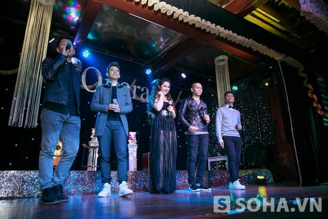 Cô xuất hiện trên sân khấu cùng 4 chàng trai nhóm O Plus.