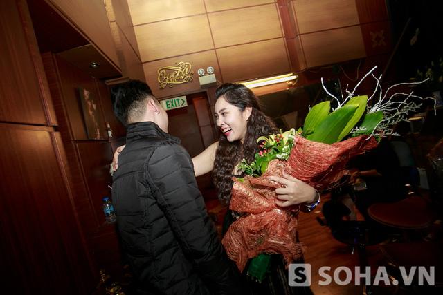 Kết thúc buổi biểu diễn Bảo Trâm nhận được khá nhiều hoa của khán giả cũng như bạn bè đến xem liveshow đầu tiên của cô.