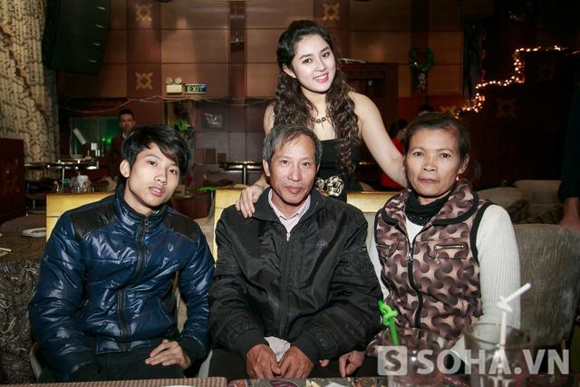 Bảo Trâm chụp ảnh cùng gia đình chú Định.