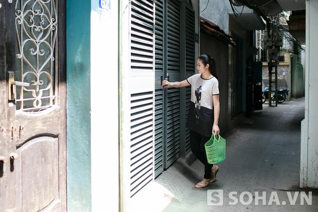 Ngọc Hân thường thức dậy vào lúc 7h30 sáng. Sau khi hoàn thành các công việc cá nhân, Hoa hậu tự tay xách làn đi chợ mua đồ ăn về cho cả gia đình. Đây là thói quen cũng như sở thích của Ngọc Hân mỗi khi cô không phải đi làm việc xa nhà.