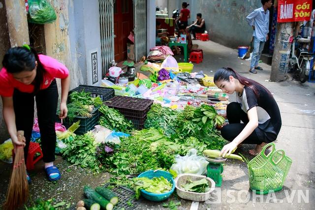 Ngọc Hân bắt đầu công việc đi chợ bằng việc sà vào một hàng rau và mua các món cải, mướp...Là một hoa hậu tích cực với các hoạt động bảo vệ môi trường nên Ngọc Hân rất hạn chế việc sử dụng túi nilon, cô chọn chiếc làn xinh xắn và tiện dụng để đựng đồ.