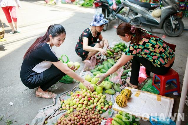 Hân thường mua nhiều rau và hoa quả mỗi dịp đi chợ. Không chỉ là món khoái khẩu, rau quả còn giúp Hân tăng cường sức khỏe và bảo vệ làn da của mình. - Hoa hậu chia sẻ.